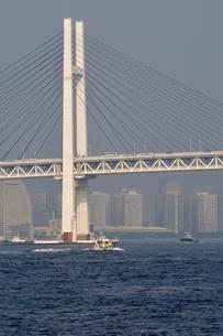横浜港の横浜ベイブリッジの写真素材 [FYI02984095]