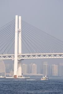 横浜港の横浜ベイブリッジの写真素材 [FYI02984096]
