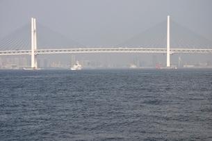 横浜港の横浜ベイブリッジの写真素材 [FYI02984103]