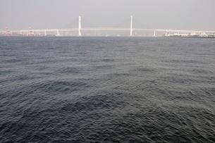 横浜港の横浜ベイブリッジの写真素材 [FYI02984106]