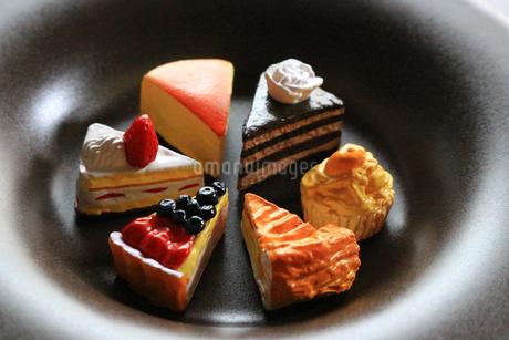 お皿に並んだ色々な種類のケーキの模造品の写真素材 [FYI02984369]