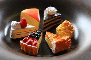 お皿に並んだ色々な種類のケーキの模造品の写真素材 [FYI02984372]