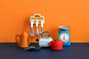 カラフルなキッチンに並んだ調理器具のおもちゃの写真素材 [FYI02984392]