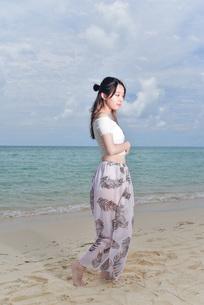 宮古島/ビーチでポートレート撮影の写真素材 [FYI02984405]