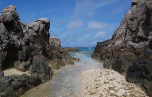 奥に綺麗な海が見える岩場の写真素材 [FYI02984560]