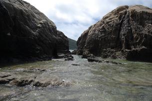 奥に島が見える岩場の写真素材 [FYI02984563]