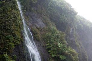 岩肌を流れる小さな滝の写真素材 [FYI02984572]