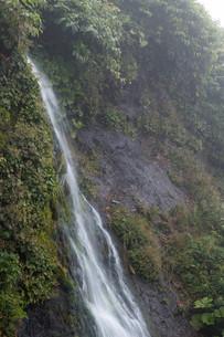 岩肌を流れる小さな滝の写真素材 [FYI02984573]