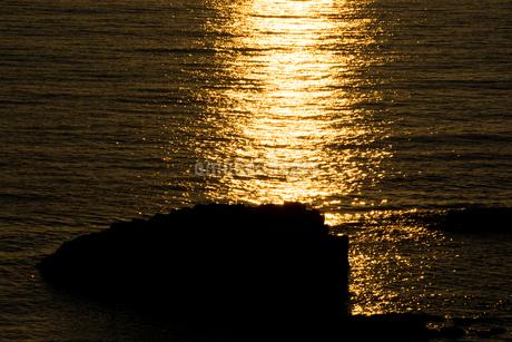夕陽に光る海の写真素材 [FYI02984584]