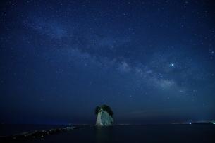 軍艦島上空に輝く天の川の写真素材 [FYI02984601]