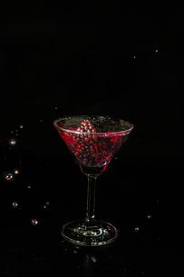 グラスの中のブラックベリーの写真素材 [FYI02984645]
