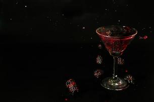 グラスの中のブラックベリーの写真素材 [FYI02984646]