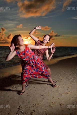 宮古島/夕景のビーチでポートレート撮影の写真素材 [FYI02984669]