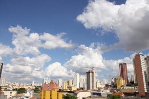 サンパウロの夏の青空と雲の写真素材 [FYI02984677]