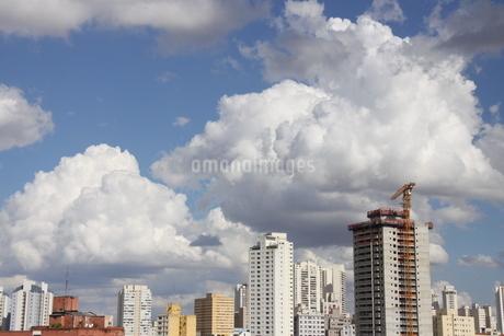 サンパウロの夏の青空と雲の写真素材 [FYI02984678]