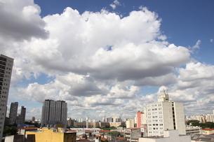 サンパウロの夏の青空と雲の写真素材 [FYI02984679]
