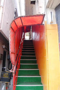 二階へ続く階段と屋根と壁がカラフルの写真素材 [FYI02984756]