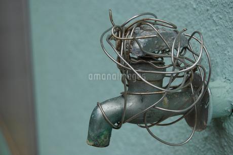 針金で使用不能にされた水道の蛇口の写真素材 [FYI02984760]
