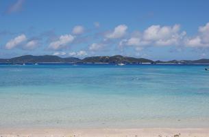 エメラルドグリーンの海と白い砂浜と島の写真素材 [FYI02984770]