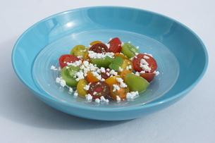 カッテージチーズのトマトサラダの写真素材 [FYI02984845]