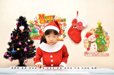 クリスマスパーティーを楽しむ女の子の写真素材 [FYI02984915]