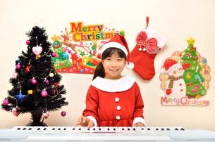 クリスマスパーティーを楽しむ女の子の写真素材 [FYI02984916]