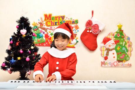 クリスマスパーティーを楽しむ女の子の写真素材 [FYI02984917]