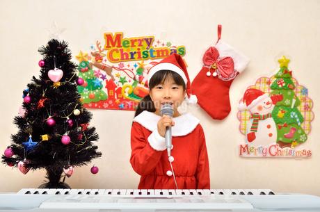 クリスマスパーティーを楽しむ女の子の写真素材 [FYI02984919]