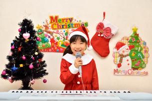 クリスマスパーティーを楽しむ女の子の写真素材 [FYI02984920]