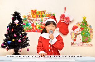 クリスマスパーティーを楽しむ女の子の写真素材 [FYI02984921]