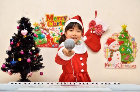 クリスマスパーティーを楽しむ女の子の写真素材 [FYI02984922]