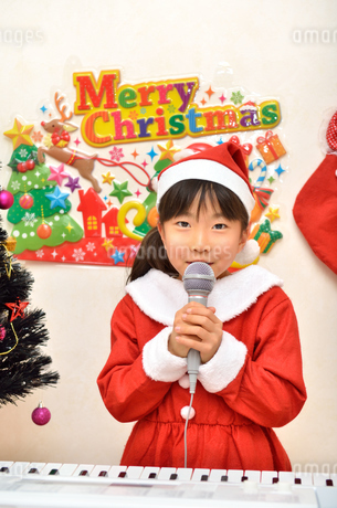 クリスマスパーティーを楽しむ女の子の写真素材 [FYI02984923]