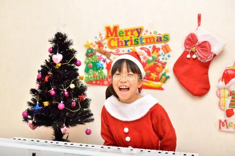 クリスマスパーティーを楽しむ女の子の写真素材 [FYI02984925]