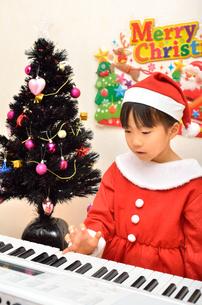 クリスマスパーティーを楽しむ女の子の写真素材 [FYI02984928]
