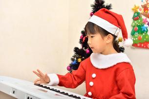 クリスマスパーティーを楽しむ女の子の写真素材 [FYI02984930]