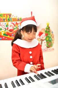 クリスマスパーティーを楽しむ女の子の写真素材 [FYI02984932]