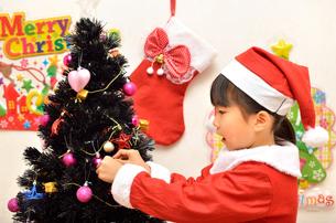 クリスマスを楽しむ女の子の写真素材 [FYI02984940]