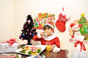 クリスマスパーティーを楽しむ女の子の写真素材 [FYI02984944]