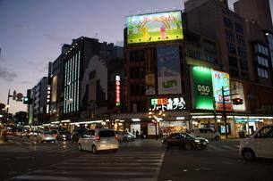 夜の金沢の町並み(香林坊)の写真素材 [FYI02984981]