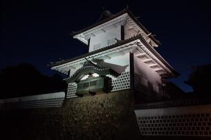 夜の金沢の町並み(金沢城址)の写真素材 [FYI02984988]