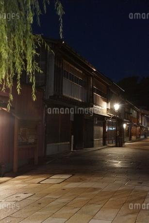 夜の金沢の町並み(ひがし茶屋街)の写真素材 [FYI02984993]