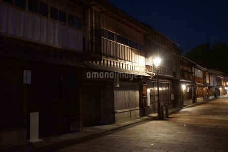 夜の金沢の町並み(ひがし茶屋街)の写真素材 [FYI02984994]