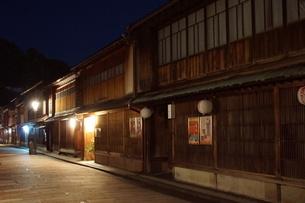 夜の金沢の町並み(ひがし茶屋街)の写真素材 [FYI02984995]