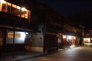 夜の金沢の町並み(ひがし茶屋街)の写真素材 [FYI02984997]