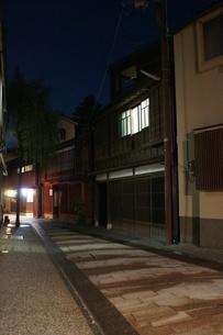 夜の金沢の町並み(ひがし茶屋街)の写真素材 [FYI02984998]