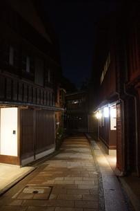 夜の金沢の町並み(ひがし茶屋街)の写真素材 [FYI02984999]
