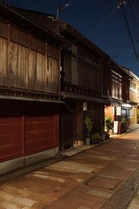 夜の金沢の町並み(ひがし茶屋街)の写真素材 [FYI02985000]