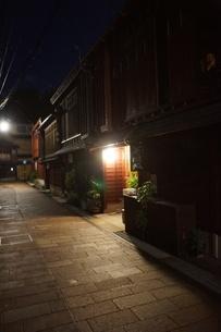 夜の金沢の町並み(ひがし茶屋街)の写真素材 [FYI02985002]