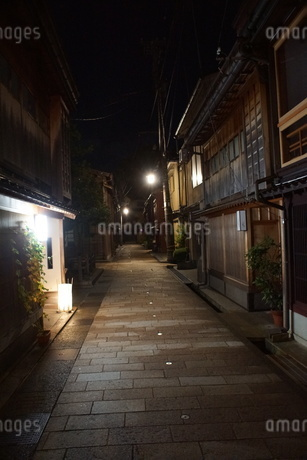 夜の金沢の町並み(ひがし茶屋街)の写真素材 [FYI02985003]