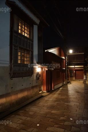 夜の金沢の町並み(ひがし茶屋街)の写真素材 [FYI02985004]